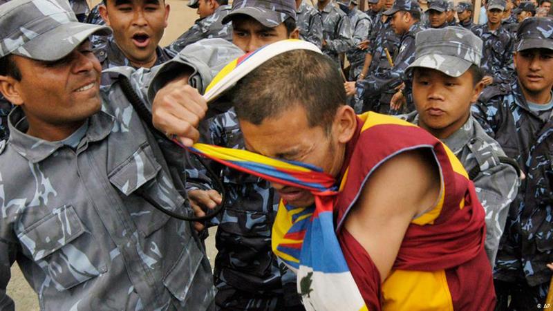 ĐCSTQ không thực hiện tự do tín ngưỡng tôn giáo, phá hoại và đập đổ các chùa chiền Phật giáo Tây Tạng.