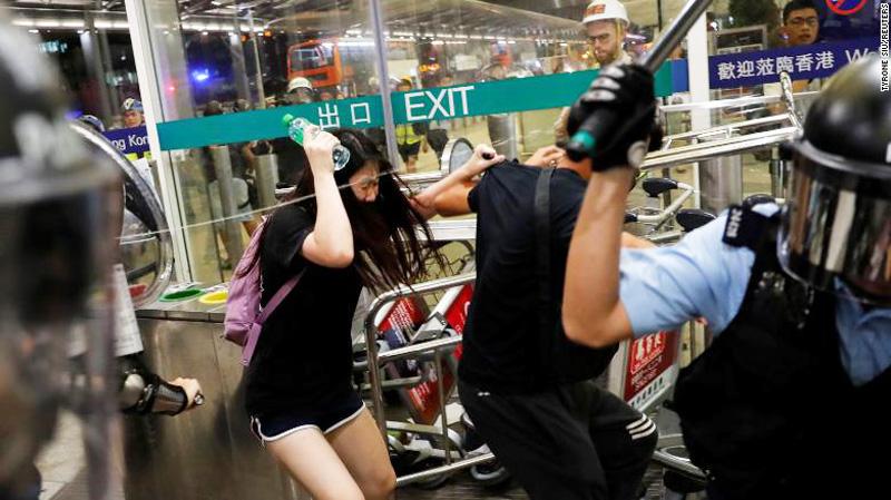 """Cảnh sát Hồng Kông, từng được gọi là Lực lượng cảnh sát văn minh đứng đầu châu Á, giờ đã trở thành kẻ thù chung của người dân, bị người dân Hồng Kông lên án là """"cảnh sát đen"""""""