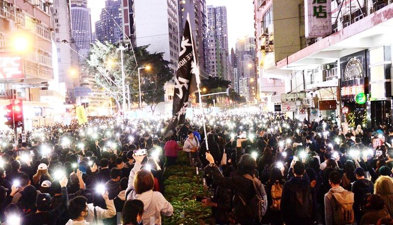 Hàng nghìn người dân tham gia cuộc tập trung ủng hộ dân chủ di chuyển từ Công viên Victoria tới Road Chater vào ngày 8/12/2019.