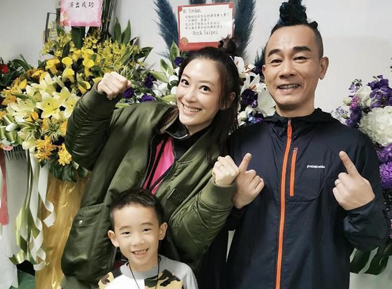 Trần Tiểu Xuân hát tổng cộng 24 bài, còn thể hiện tình cảm với gia đình trên sân khấu, thông báo vợ mình là Ứng Thải Nhi đã mang thai đứa con thứ hai.