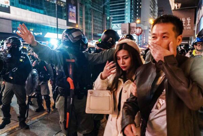 Tối ngày 25/12, cảnh sát Hồng Kông điên cuồng bắt người, đe dọa ngăn cản người dân đi chơi lễ, mua sắm trên phố.