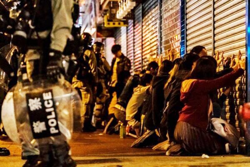 Tối ngày 25 tháng 12, tại Vượng Giác, cảnh sát Hồng Kông đã bắt giữ gần 30 người biểu tình cùng một lúc.