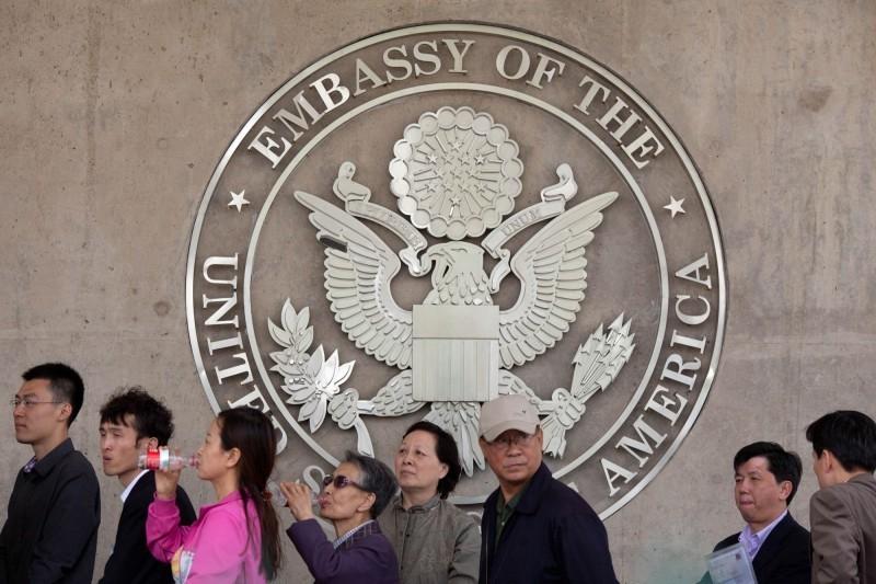 Người dân Trung Quốc xếp hàng tại tòa đại sứ Mỹ ở Bắc Kinh để xin visa vào Mỹ.