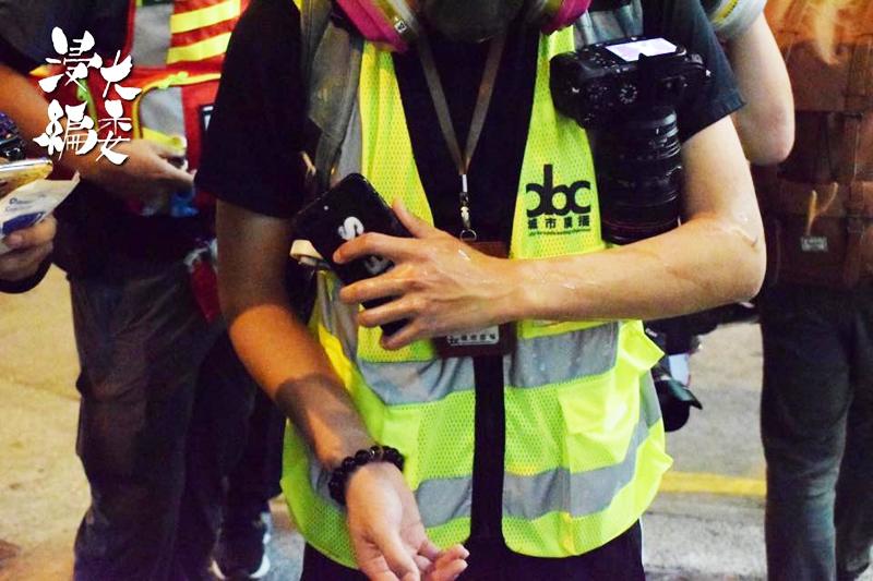 Trong tình huống không có xung đột với cảnh sát nhưng vẫn cảnh sát chống bạo động vẫn xịt hơi cay.