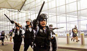 Cảnh sát Hồng Kông mang theo dùi cui khi xuất cảnh bị tịch thu tại sân bay