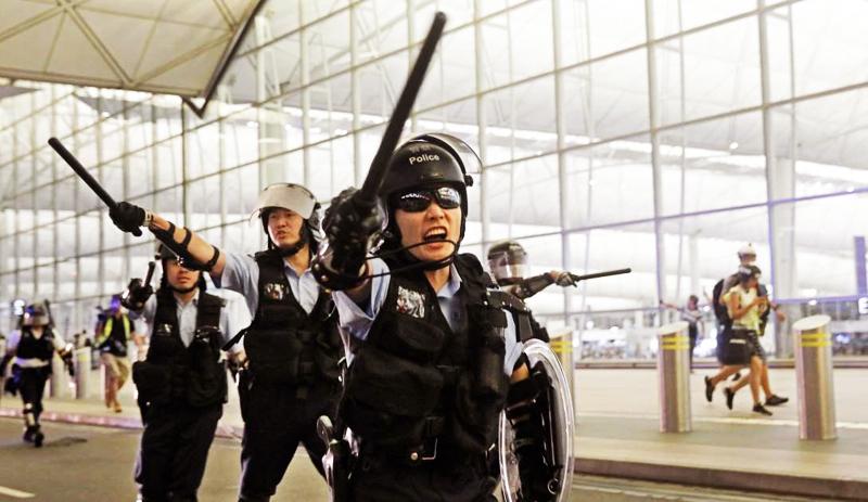 Cảnh sát Hồng Kông thường sử dụng dùi cui để trấn áp người biểu tình.
