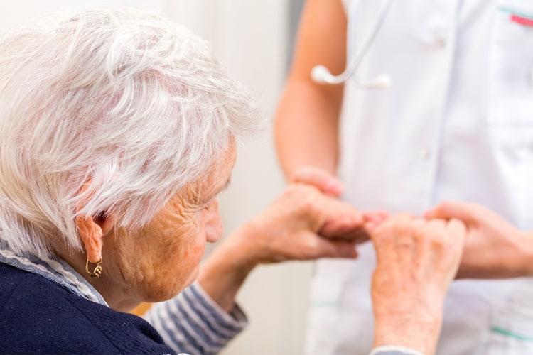 Một nghiên cứu đáng chú ý khác đã được công bố trên tạp chí Ayu về tác dụng của củ nghệ đối với bệnh Alzheimer và các triệu chứng về hành vi, tâm lý của họ.