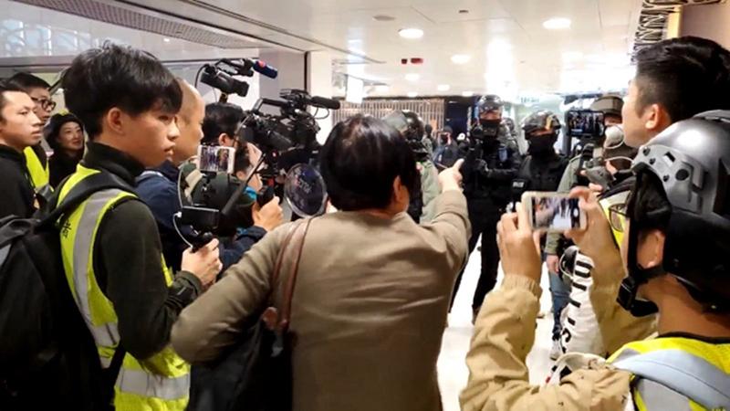 Bác gái được vỗ tay khen ngợi vì mắng cảnh sát Hồng Kông lạm dụng bạo lực (ảnh 1)