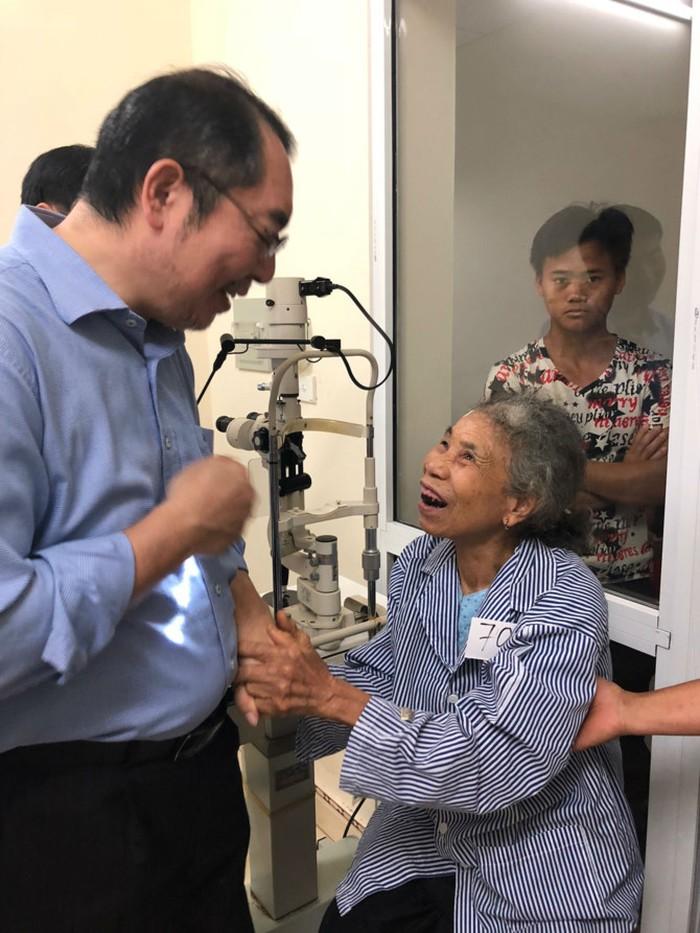 Từ bỏ việc lương cao, bác sĩ Nhật đến Việt Nam điều trị miễn phí cho bệnh nhân nghèo