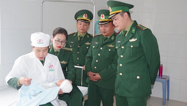 Bắt giữ hai đối tượng người Trung Quốc khi đang đưa bé sơ sinh 13 ngày tuổi qua biên giới-ảnh 2