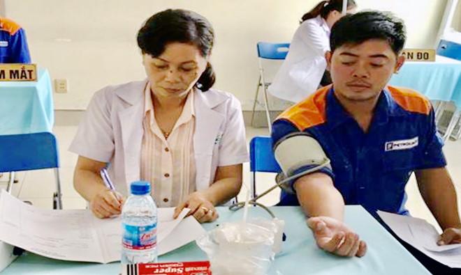 'Biến' tạp vụ thành bác sĩ khám bệnh cho công nhân-ảnh 4