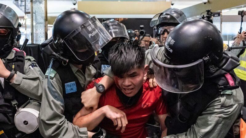Nghi ngờ cảnh sát Hồng Kông dùng tấm khiên cứa vào cổ người biểu tình (ảnh 1)