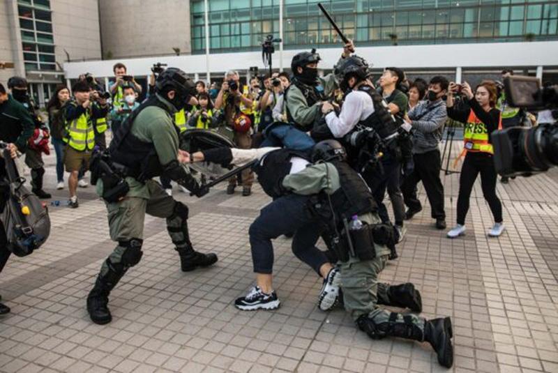 Ngày 22/12, trong một buổi mít tinh tại Quảng trường Edinburgh, Trung Hoàn, cảnh sát Hồng Kông hành hung bắt người biểu tình, kích động sự tức giận của công chúng, người dân bao vây cảnh sát Hồng Kông để giải cứu những người biểu tình.
