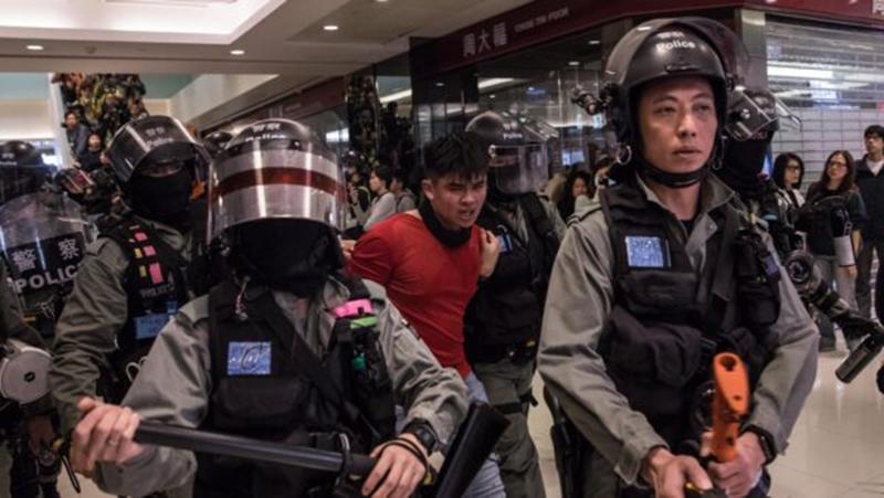Nghi ngờ cảnh sát Hồng Kông dùng tấm khiên cứa vào cổ người biểu tình (ảnh 3)