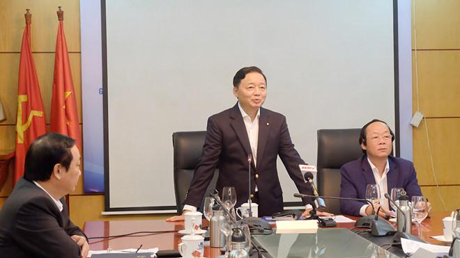 Bộ trưởng Trần Hồng Hà mời báo chí ra khỏi cuộc họp vì lo ảnh hưởng đến tâm lý của các đại biểu.