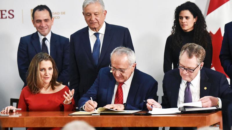 Phó Thủ tướng Canada Chrystia Freeland, Trưởng đoàn đàm phán Mexico Jesus Seade, cùng với Đại diện thương mại Hoa Kỳ Robert Lighthizer đã ký một thỏa thuận mới tại Tòa án Bắc Mỹ ở Mexico.