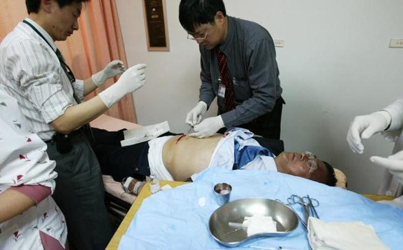 Ông Trần Thủy Biển được điều trị lấy viên đạn khỏi vùng bụng trong năm 2004