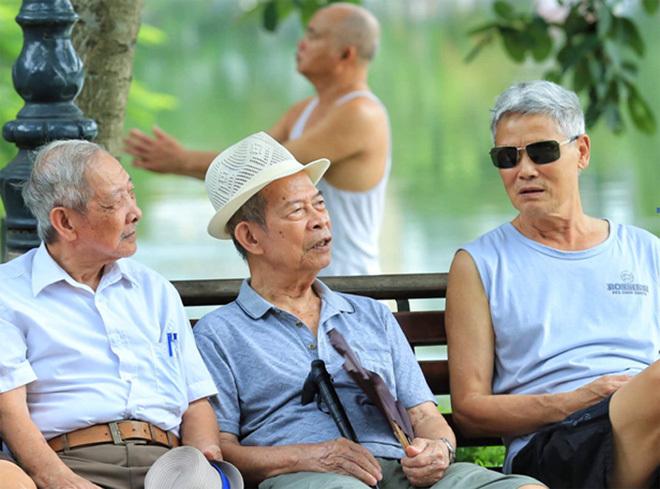 Các cụ già Hà Nội bên hồ Gươm. (Ảnh qua vnexpress)