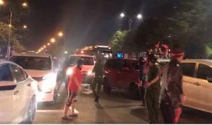 Người dân Đà Nẵng nhường đường cho xe cấp cứu giữa tâm 'bão' ăn mừng chiến thắng ĐTVN