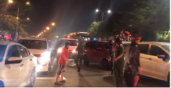 'Đi bão' mừng chiến thắng, người dân vẫn không quên nhường đường cho xe cứu thương.