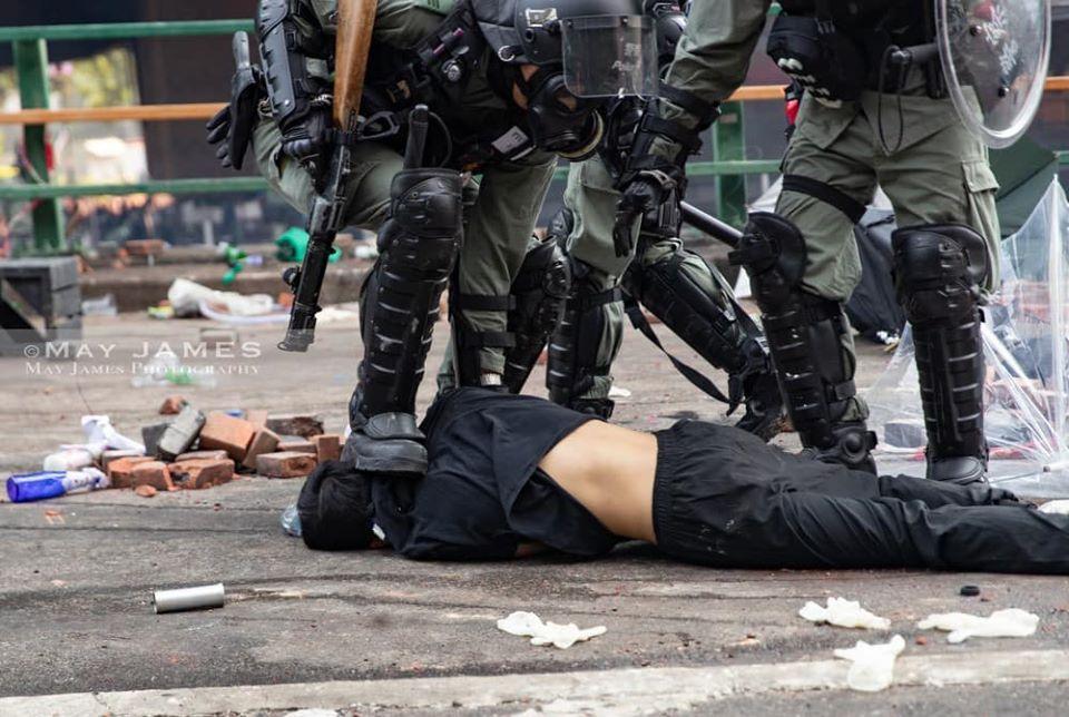 Cảnh sát Hồng Kông khống chế thô bạo một người biểu tình.