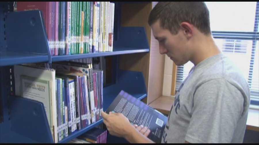 Chàng trai trẻ nhận ra rằng cơ hội duy nhất để cậu cải thiện cuộc sống này chính là học tập chăm chỉ.