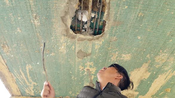Cầu dân sinh Hòa Lộc lộ ra lớp xốp bên trong.