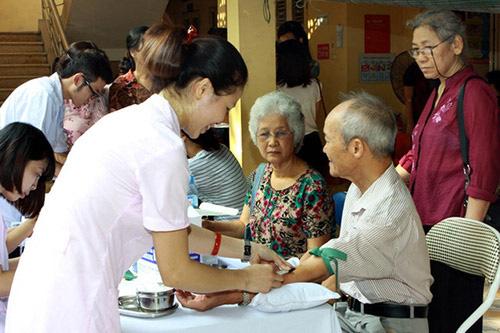 Chăm sóc sức khỏe cho người cao tuổi.