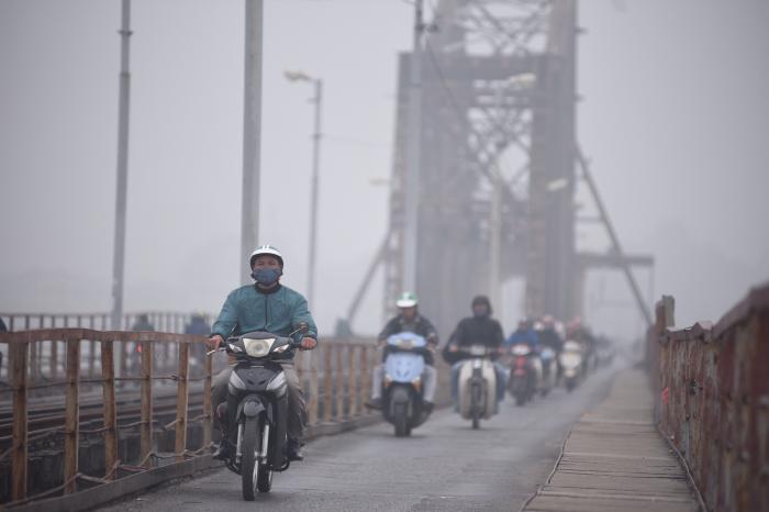 Chủ tịch thành phố cho rửa đường để giảm ô nhiễm không khí-ảnh 1