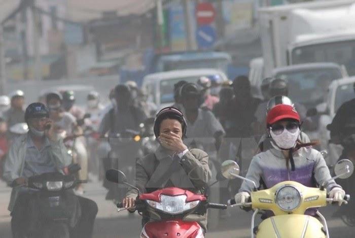 Chủ tịch thành phố cho rửa đường để giảm ô nhiễm không khí