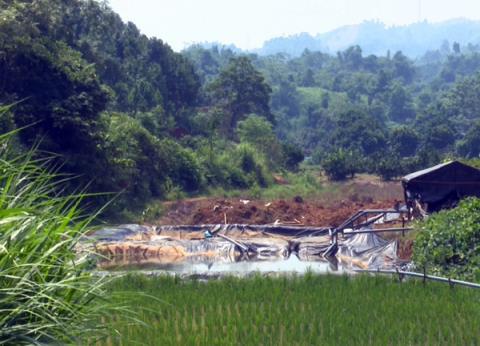 Khu vực bể chứa quặng thăm dò của Công ty CP Khánh An tại huyện Bảo Thắng, Lào Cai (Ảnh qua datviet).