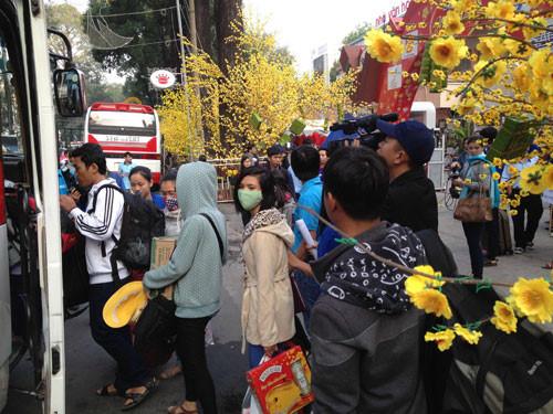 Nhiều chuyến xe 0 đồng đưa lao động nghèo, sinh viên về quê ăn tết. (Ảnh qua thanhnien)