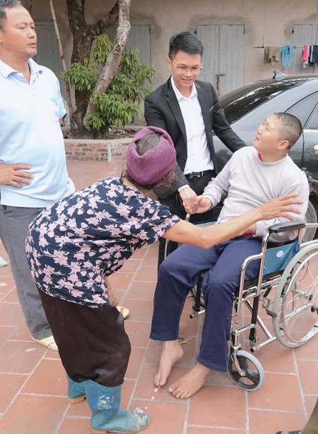 Cụ già 90 tuổi tại Hoàng Thanh, Hiệp Hòa, Bắc Giang lại gần cảm ơn Nguyễn Mạnh Hùng đã chở cháu trai Dương Ngọc Hùng về nhà miễn phí. (Ảnh qua vnexpress)