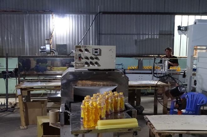 Công an bắt quả tang cơ sở sản xuất nước Number One giả-ảnh 2