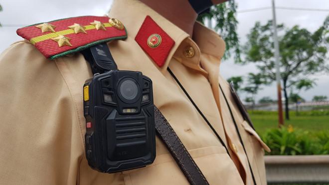 CSGT đeo camera trước ngực khi làm nhiệm vụ.