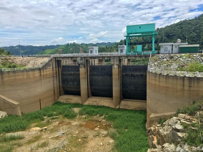Cửa tràn thủy điện Buôn Tua Srah cạn khô.