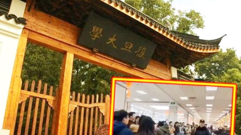 """Vào ngày 18/12, sinh viên Đại học Phục Đán, Thượng Hải đã hát vang bài ca của trường trong phòng ăn, phản đối nhà trường lược bỏ tám chữ """"độc lập học thuật, tự do tư tưởng"""" trong điều lệ và bài hát của trường."""