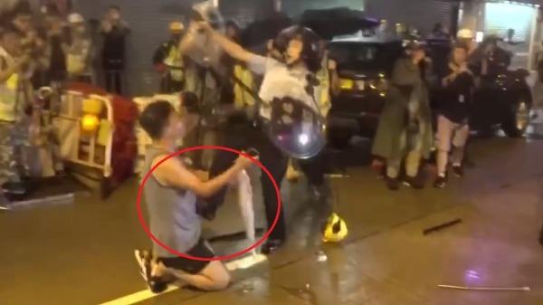 Biểu tình Hồng Kông ngày 1/12: Bà lão quỳ xuống đất bị cảnh sát đẩy ngã (ảnh 3)