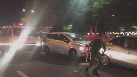 Cảnh sát giúp mở đường cho xe cấp cứu.