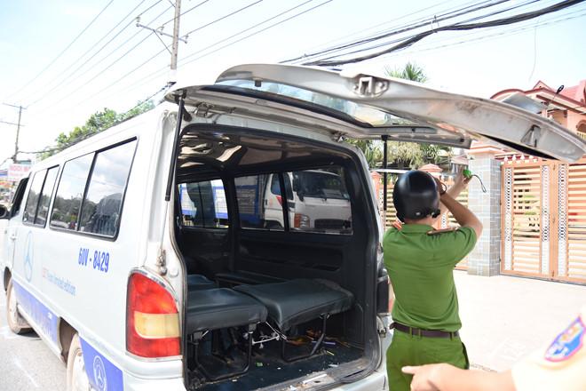 Đồng Nai: Xe đưa đón lại làm rơi 2 em học sinh xuống đường