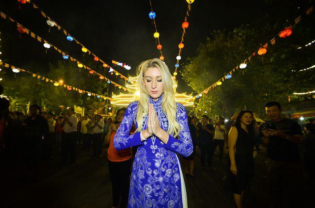 Người nước ngoài rất thích thú với địa điểm tâm linh ở TP.HCM. (Ảnh qua dantri)