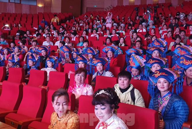 Khách Trung Quốc tổ chức trình diễn trang phục tại Hạ Long, Quảng Ninh.