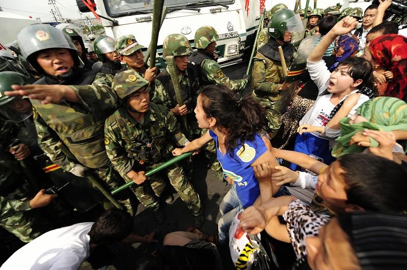 Một cảnh biểu tình của phụ nữ Duy Ngô Nhĩ tại Urumqi, Tân Cương vào ngày 7/7/2009