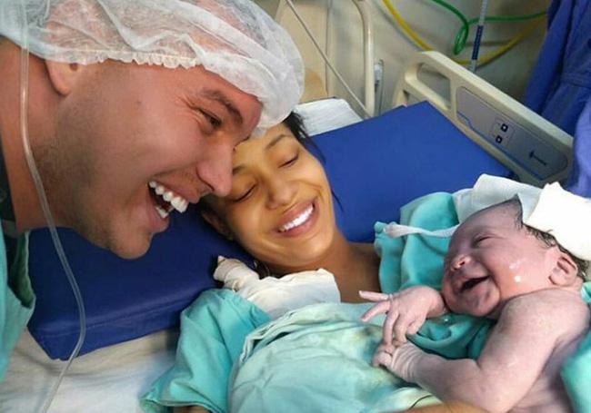 Vừa chào đời, bé gái nhoẻn miệng cười ngọt ngào khi nghe giọng bố