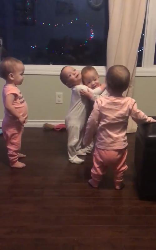 4 bé gái song sinh thể hiện tình cảm với nhau theo cách cực kỳ dễ thương