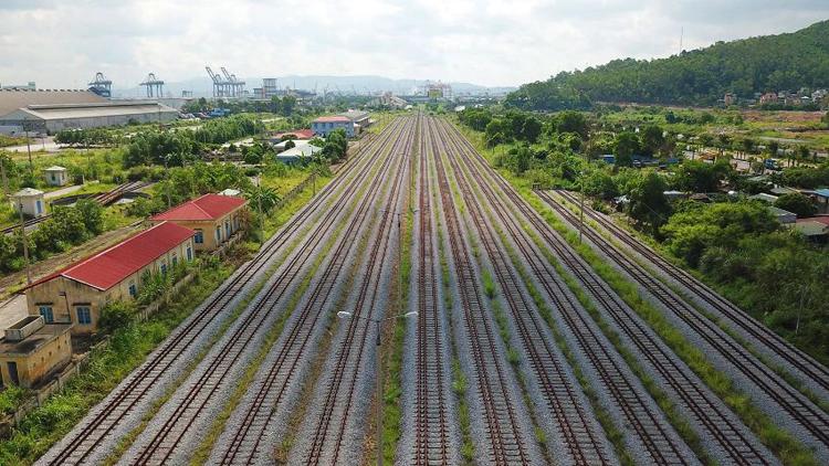 Ga Cái Lân là điểm cuối cùng của dự án với hệ thống 11 đường ray tiêu chuẩn quốc tế đi vào hoạt động năm 2014 nhưng luôn trong tình trạng vắng bóng tàu.