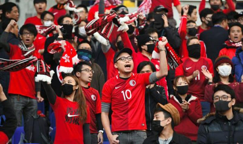 Người hâm mộ Hồng Kông đã hô khẩu hiệu phản đối dự luật dẫn độ ngoài sân bóng, thể hiện ý chí phản kháng của người dân Hồng Kông.