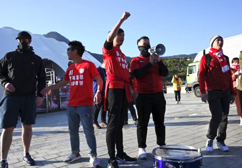 """Người hâm mộ Hồng Kông hô khẩu hiệu và đánh trống ở bên ngoài sân, thể hiện ý chí phản kháng """"phản đối dự luật dẫn độ"""" của người dân Hồng Kông."""