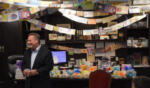 Giám đốc tự tay viết 9.200 thiệp chúc mừng sinh nhật gửi các nhân viên