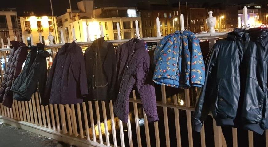 Tràn ngập áo ấm cho người vô gia cư treo trên cầu ở Ireland trong dịp Giáng Sinh
